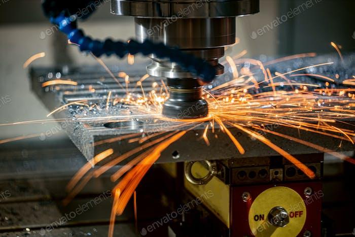 Metallbearbeitung CNC Drehmaschine Fräsmaschine Schneiden von Metall moderne Verarbeitungstechnik.