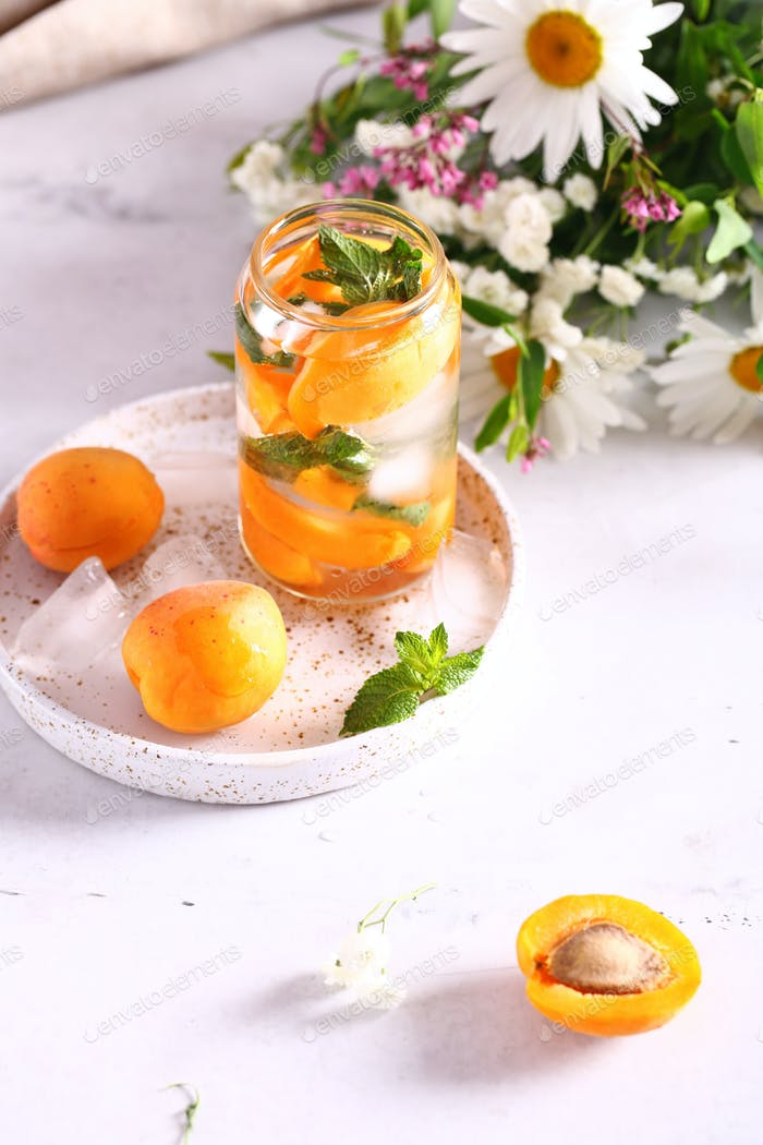 Limonade mit frischen Aprikosen