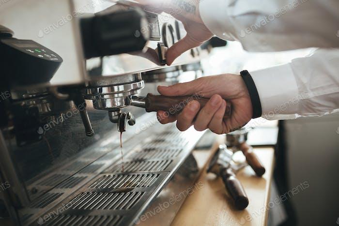 Hombre manos Trabajo con máquina de café en el café