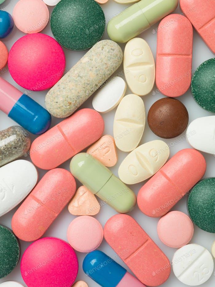 Eine Gruppe von bunten Pillen