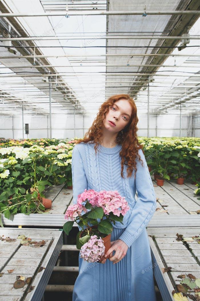 Mädchen mit rosa Blume