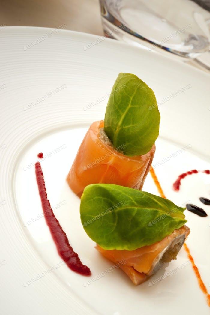 Lachsfilet und Salat