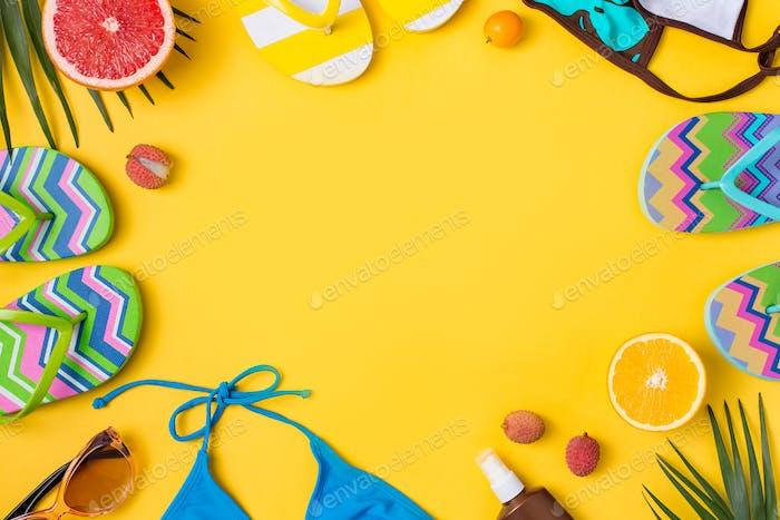 Strandaccessoires auf gelbem Hintergrund