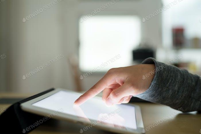 Frau Verwendung von Tablet-PC zu Hause