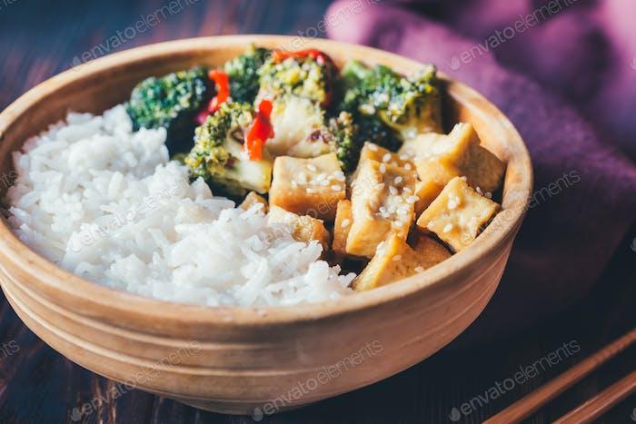 Tofu und Brokkoli braten mit weißem Reis