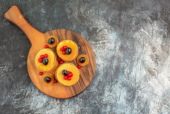 Horizontale Ansicht eines Stapels leckerer Pfannkuchen zum Frühstück auf dem Schneidebrett