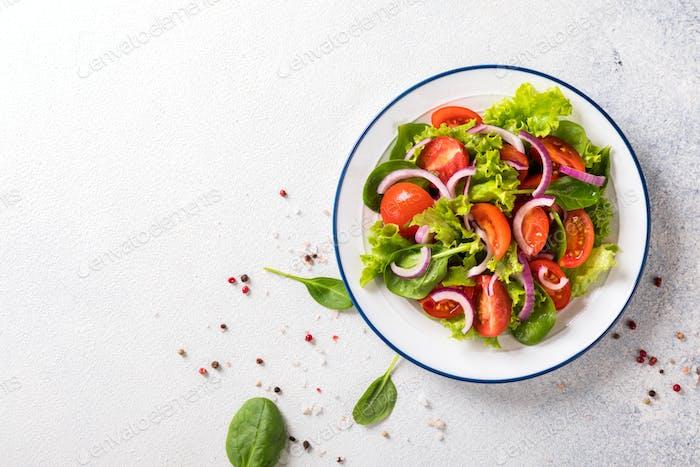 Frischer Gemüsesalat. Vegetarisches Essen.Konzept für eine leckere und gesunde Mahlzeit.