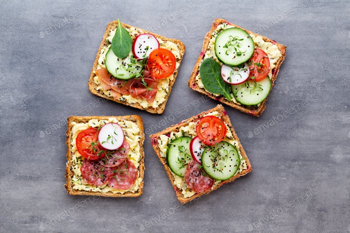 Sandwiches con queso crema, verduras y salami.