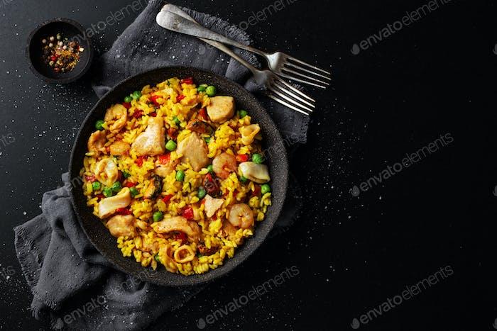 Spanische Paella auf Teller auf Tisch