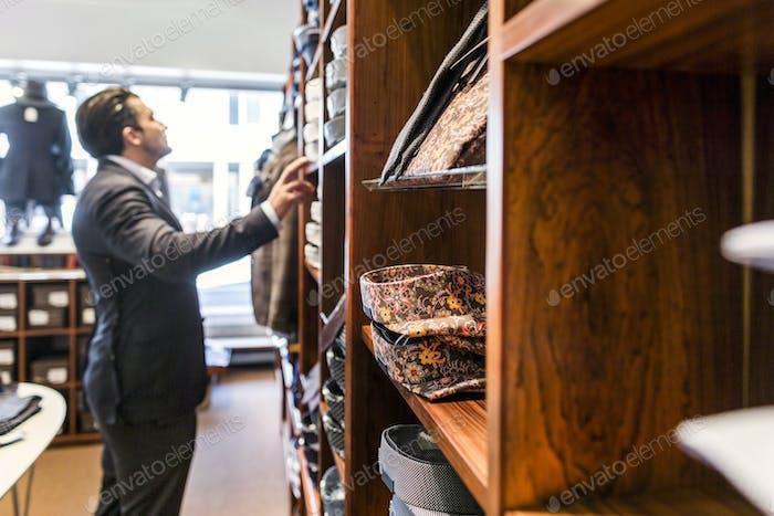 Mann Blick auf Kleidung im Bekleidungsgeschäft