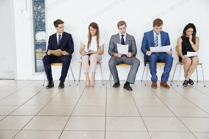 Kandidaten warten auf Vorstellungsgespräche, volle Länge, Kopierraum