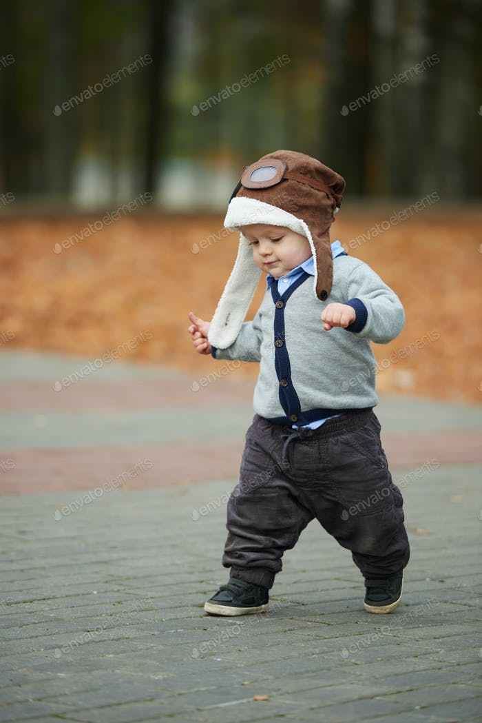 kleiner Junge im Helm Pilot Porträt