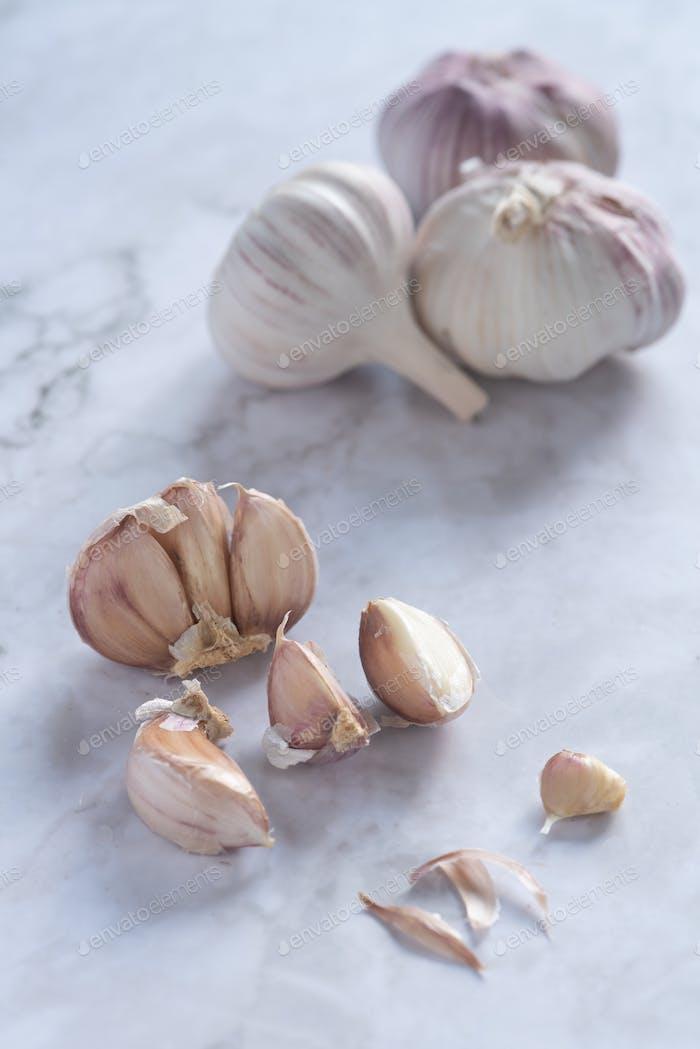 Gesunder und nahrhafter weißer würziger Knoblauch zum Kochen