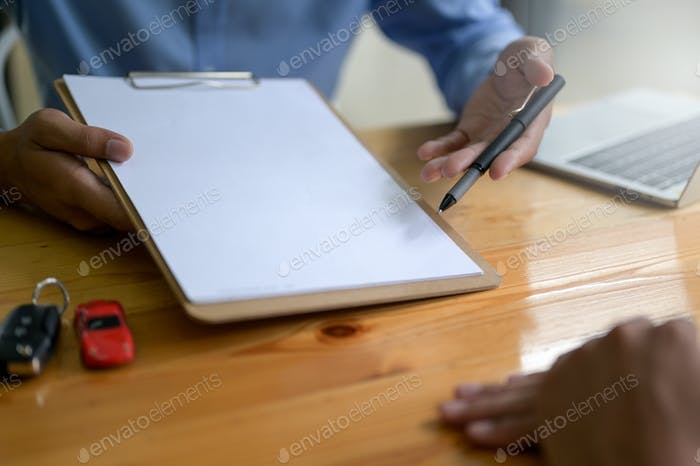 Unterzeichnen Sie Haus- und Autokredite