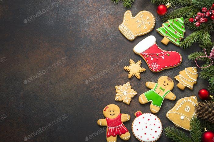 Weihnachts-Lebkuchen mit Weihnachtsdekorationen auf dunklem Hintergrund