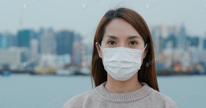 Frau trägt die Gesichtsmaske
