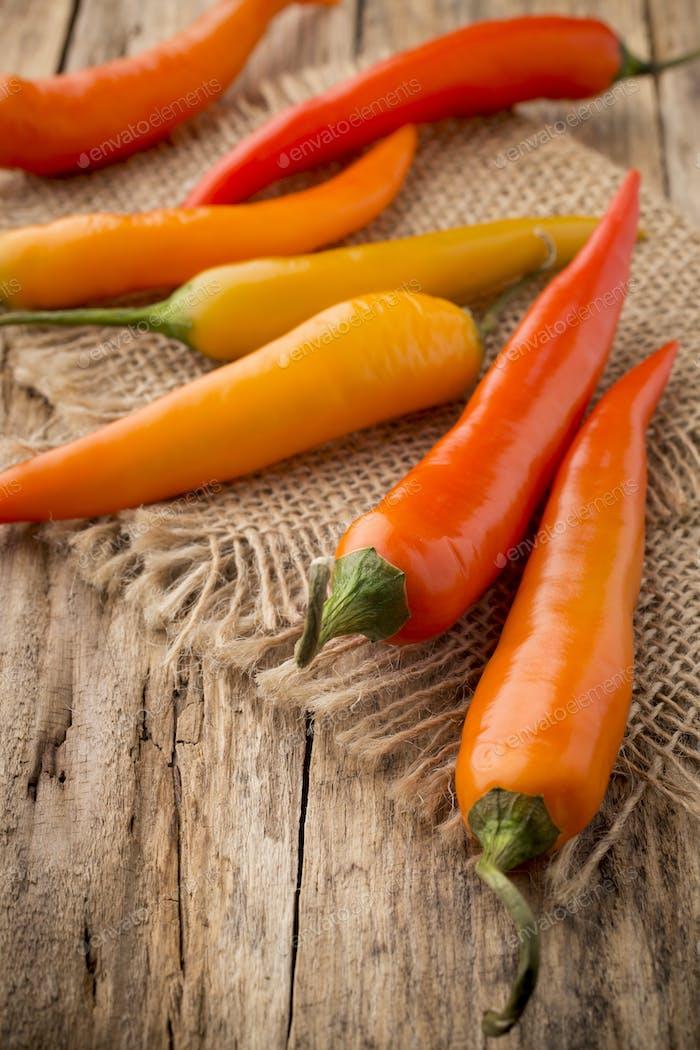 Chili-Pfeffermischung auf einem hölzernen Hintergrund.