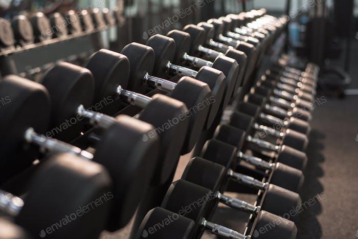 Hanteln auf Stand im Fitnessstudio