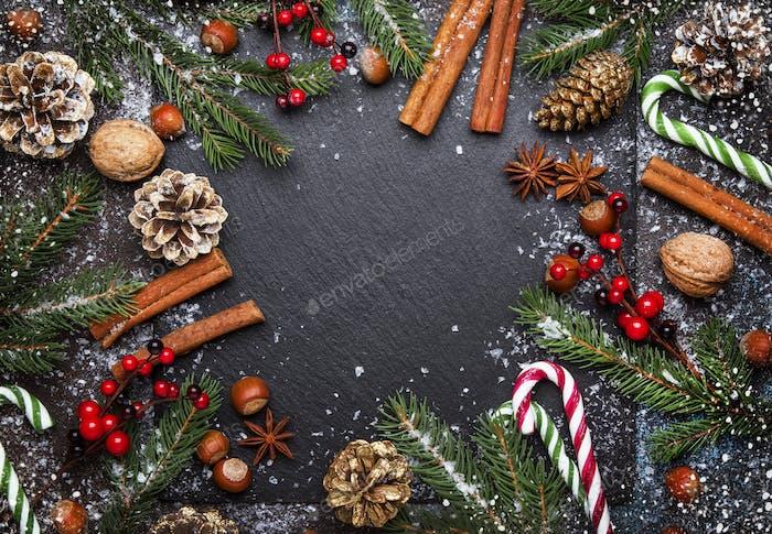 Weihnachten oder Neujahr dunkler Hintergrund, Rahmen, Vorlage, mit festlichen Dekorationen