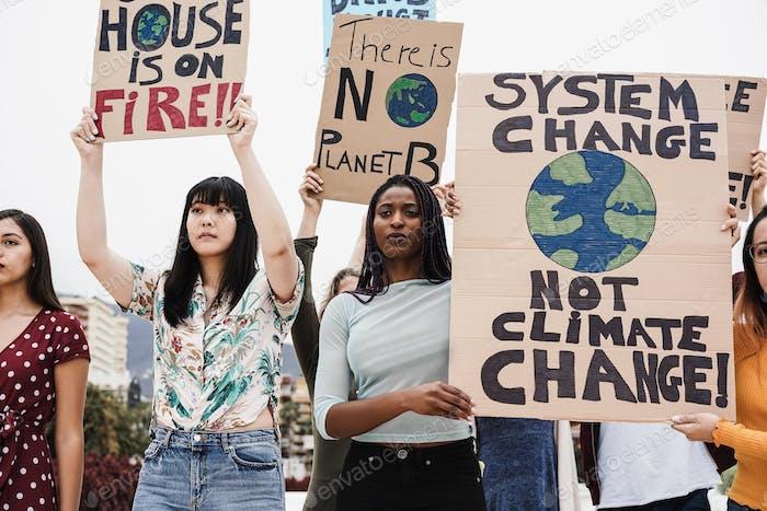 Jóvenes grupos de manifestantes luchan por el cambio climático