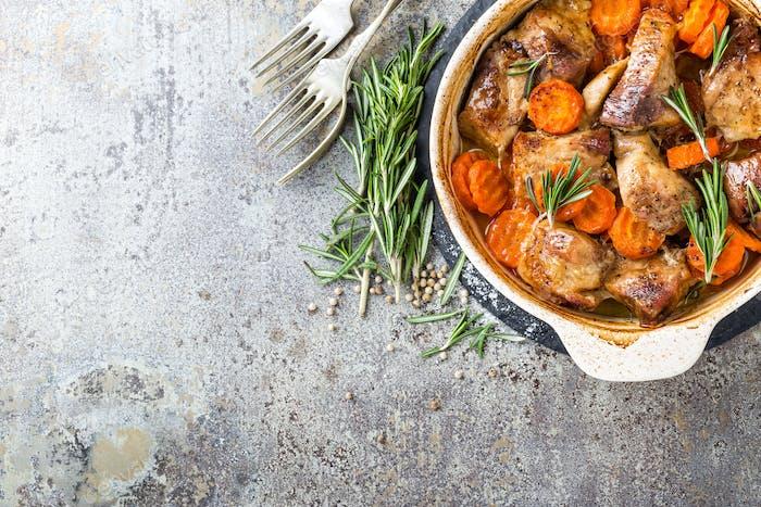 Fleisch mit Karotten im Ofen gebacken