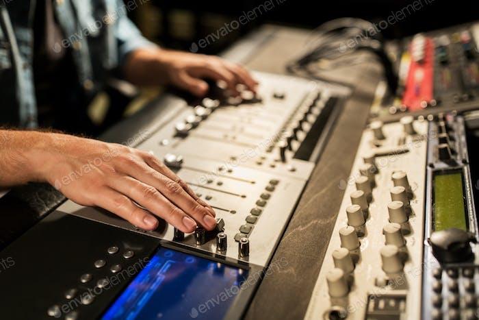 Mann mit Mischpult im Musikaufnahmestudio