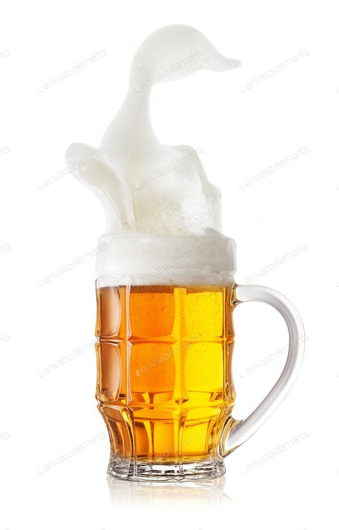 Schaumiger Spritzer in einem Becher leichtes Bier