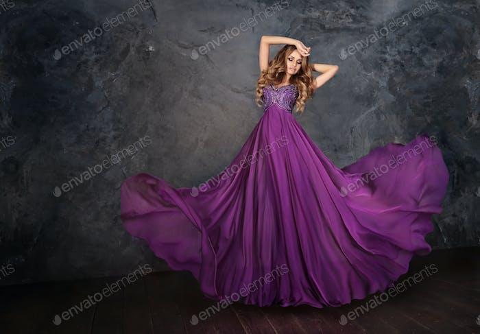 Eine Frau in einem violetten Kleid.