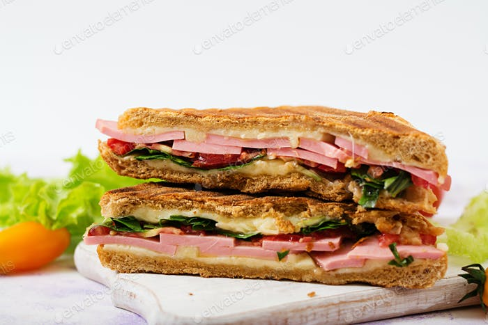 Club Sandwich Panini mit Schinken, Tomaten, Käse und Salat