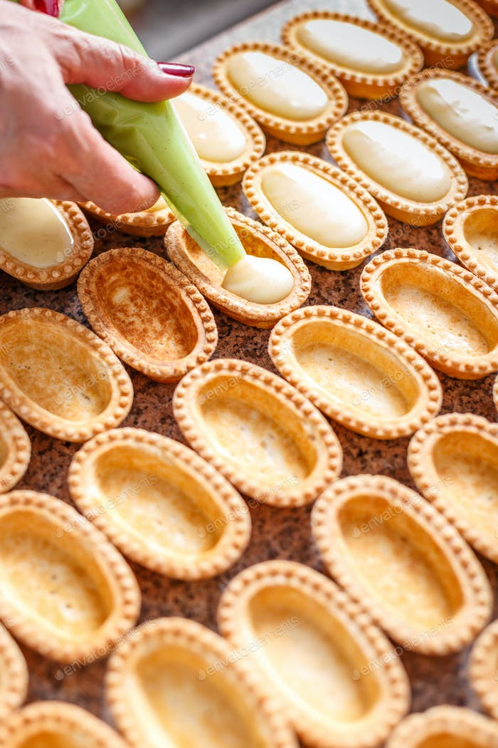 Preparing small pastry tartlets