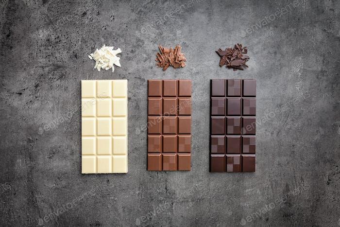 Köstliche Vielfalt an Schokolade auf rustikalem Hintergrund
