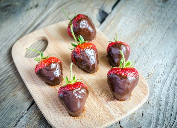 Fresas frescas cubiertas de Oscuro negro