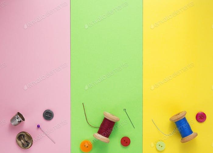 Nähwerkzeuge und Zubehör auf Papierhintergrund