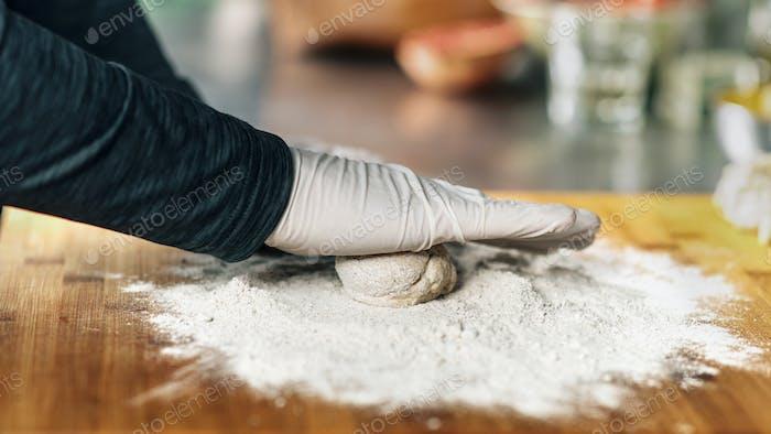 Chef's Hand machen Teig in einem Restaurant