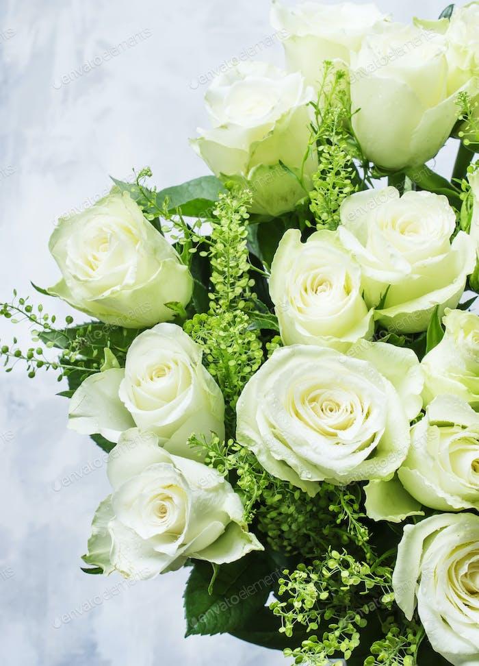Blumenstrauß aus weißen Rosen