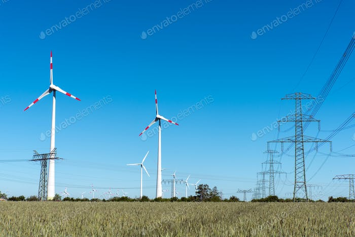 Windräder und Stromübertragungsleitungen in Deutschland