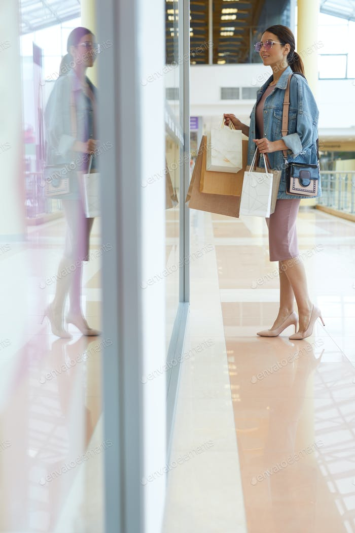 Attraktive Mädchen in Mall