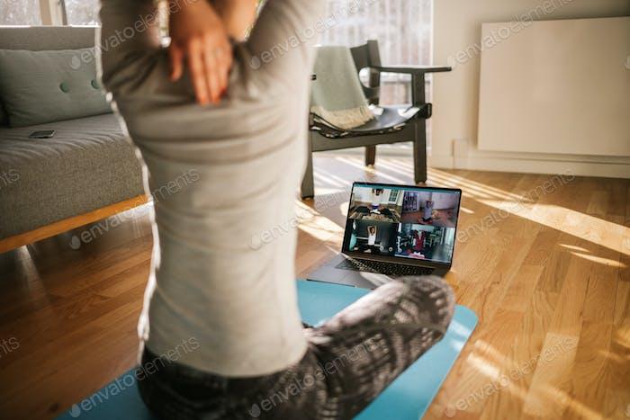 Fitness-Trainer Yoga online zu Gruppe von Menschen lehren