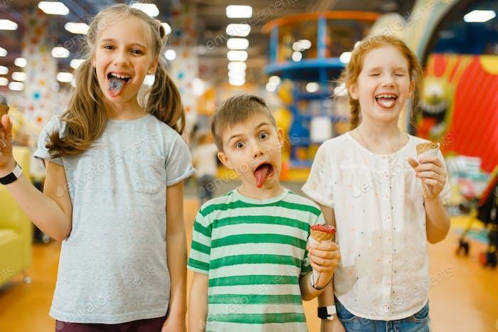 Дети едят мороженое в развлекательном центре