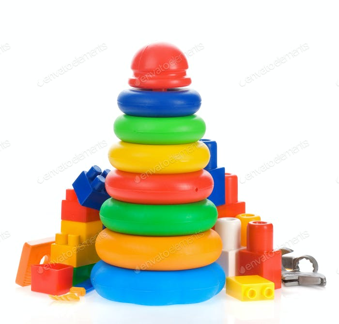 Spielzeug und Ziegel isoliert auf weiß