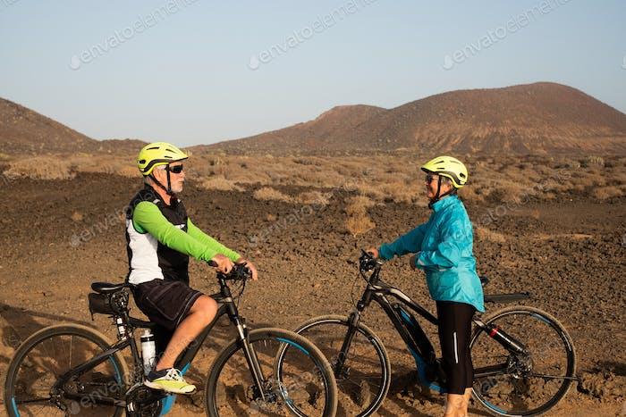 Paar Biker treffen sich im Freien und genießen Bewegung und Ausflug in einem Naturpark