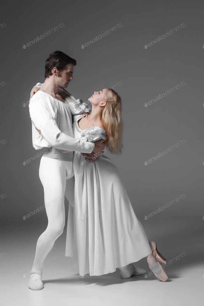 Zwei junge Balletttänzer üben. Attraktive Tanzdarsteller in weiß