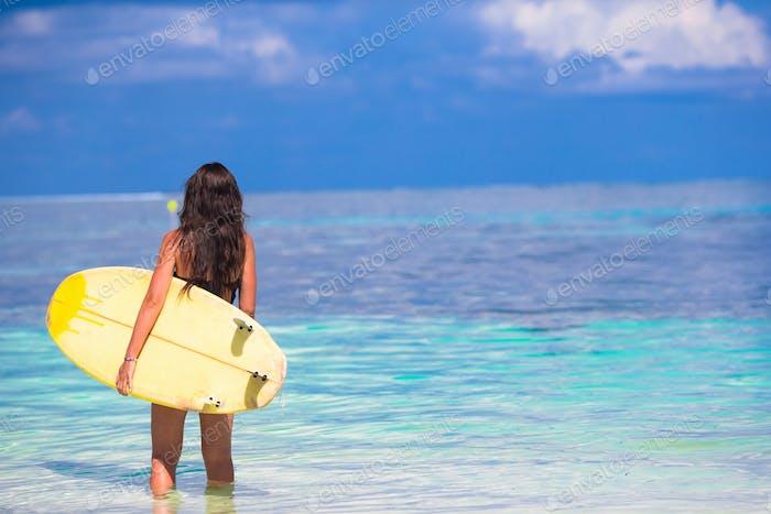 Schöne Surferfrau Surfen während der Sommerferien