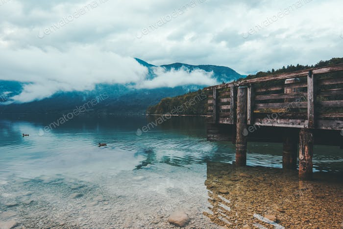 Holzsteg am Bohinj See am bewölkten Herbsttag