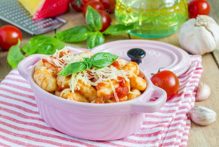 Hausgemachte Kartoffelgnocchi mit Tomaten-Basilikum-Sauce