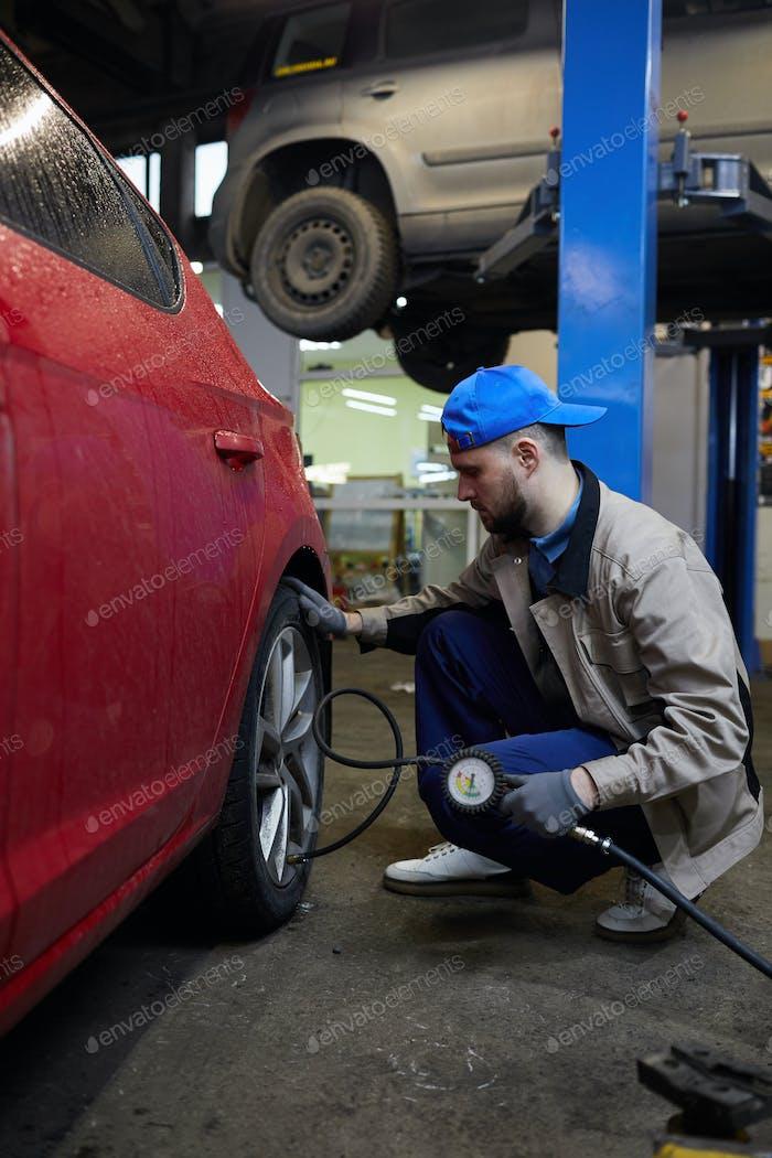 Reparaturmann überprüft den Reifendruck