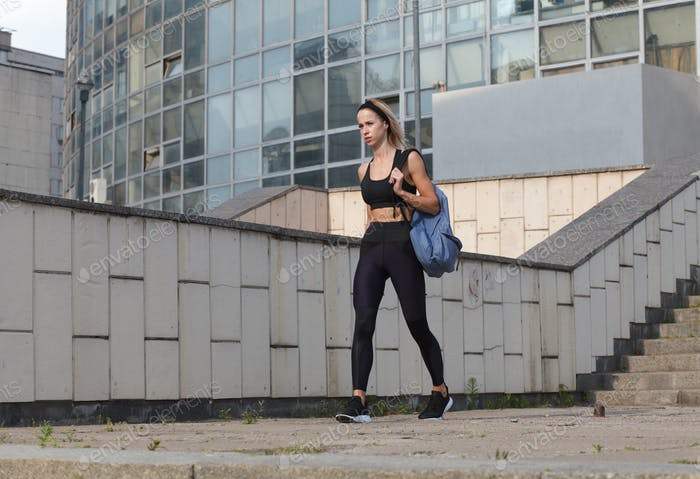 sportliche weibliche in sportbekleidung mit rucksack