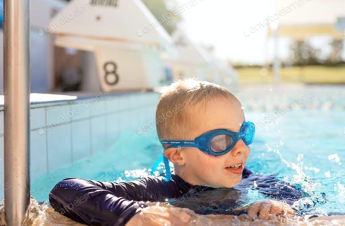 Kind in der Brille im Schwimmbad