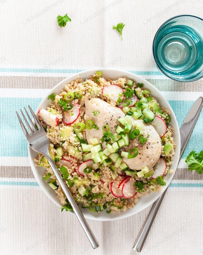 Hähnchenbrust mit Couscous, Gurke, Avocado, Frühlingszwiebel, Radieschen. gesundes Mittagessen