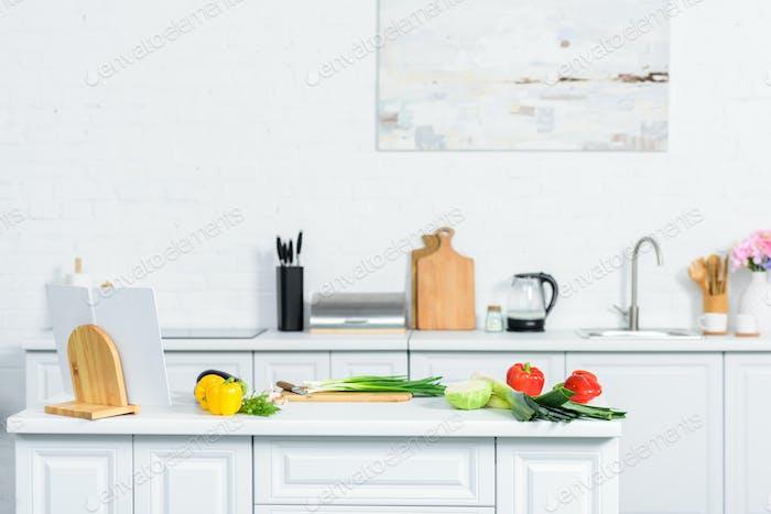 Gemüse auf Küchentheke in leichter moderner Küche